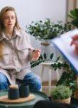 Femme assise sur un canapé pendant une consultations chez le psychologue