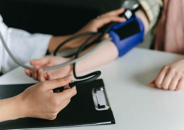 Femme durant une consultation chez le cardiologue