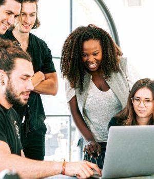 jeunes qui brainstorming autour d'un ordinateur
