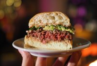 On a testé l'Impossible Burger 2.0, le steak haché vegan qui veut sauver le...